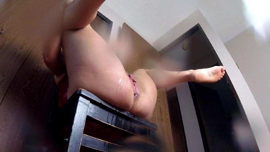 miss maddalena amazon pussy pissing on chair_